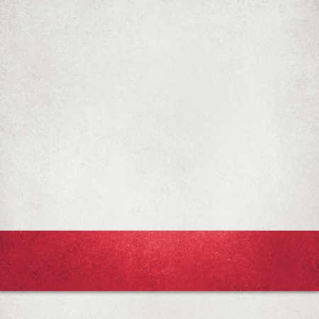 Weiße strukturierte Papierhintergrundillustration mit elegantem, sattem rotem Weihnachtsband oder -streifen in geschichtetem Materialdesign mit leerem Exemplar
