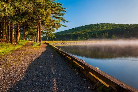 national forest: Niebla de la ma�ana en Spruce Knob Lake, Bosque Nacional Monongahela, Virginia Occidental Foto de archivo