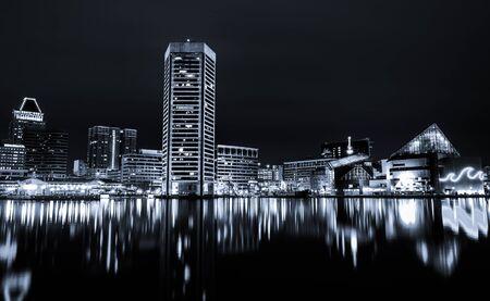 밤에 볼티모어 이너 하버의 스카이 라인의 흑백 이미지