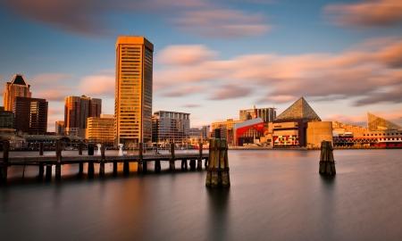 Avond lange blootstelling van de Baltimore Inner Harbor Skyline, Maryland
