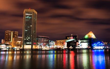 夜、メリーランドのカラフルなボルチモア スカイラインの長時間露光