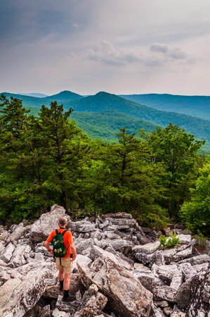 Un caminante desciende las pendientes rocosas de Duncan Knob, cerca de Luray en Parque Nacional George Washington, Virginia. photo