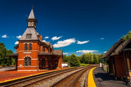 Estación de ferrocarril histórico, a lo largo de las vías del tren en Point of Rocks, Maryland.