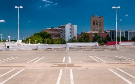 Uitzicht op hoogbouw in Baltimore, Maryland van de bovenkant van een parkeergarage.