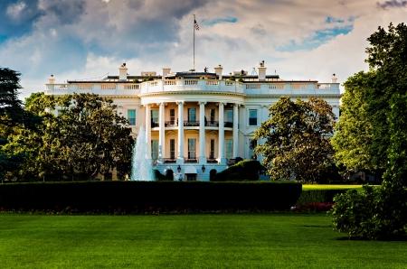 case colorate: La Casa Bianca in una bella giornata d'estate, Washington, DC.