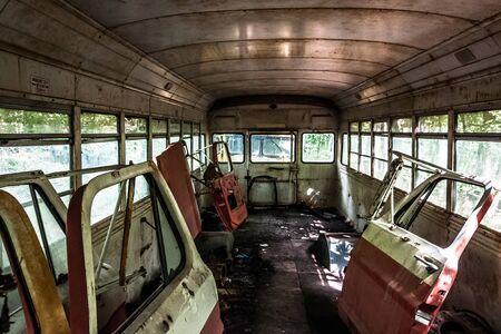 ジャンク ヤードで古い学校のバスの中の車のドア