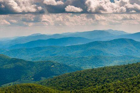 Blick auf die Blue Ridge Mountains von North Marshall in Shenandoah National Park, Virginia. Standard-Bild - 21433557