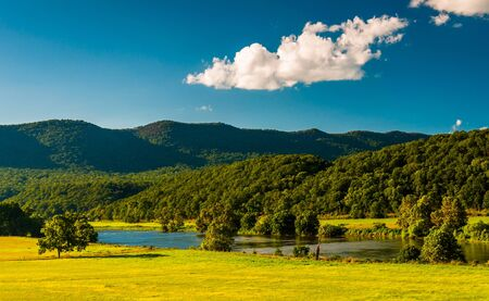 View of the Shenandoah River and Massanutten Mountain, in the Shenandoah Valley, Virginia. Reklamní fotografie
