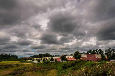 industrial park: Nubi di tempesta sopra edifici in un parco industriale nella contea di York, in Pennsylvania. Editoriali