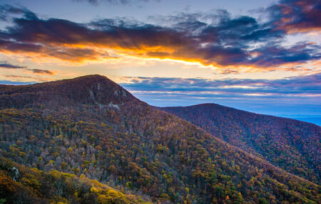 Autunno tramonto sul Hawksbill Mountain, visto da Skyline Drive a Parco Nazionale di Shenandoah, in Virginia. photo