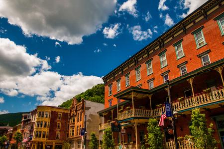 歴史的なジム Thorpe、ペンシルバニア州の建物の上の美しい夏の空。