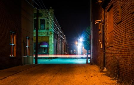暗い路地、ハノーバー、ペンシルバニア州夜の光の道。