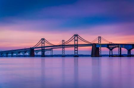 Długa ekspozycja na Chesapeake Bay Bridge, od Sandy Point State Park, w stanie Maryland.