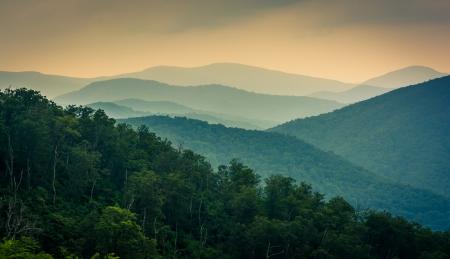シェナンドー国立公園、バージニア州のスカイライン · ドライブから見た青リッジ山。