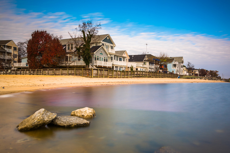 Waterfront houses and rocks in the Chesapeake Bay, North Beach, Maryland. 免版税图像