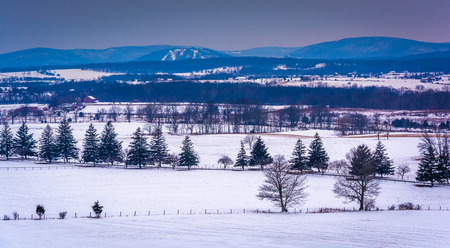View of snow-covered farm fields and distant mountains from Longstreet Tower, in Gettysburg, Pennsylvania. Archivio Fotografico