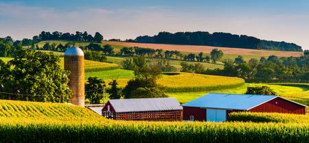 Barn and silo on a farm in rural York County, Pennsylvania. Foto de archivo