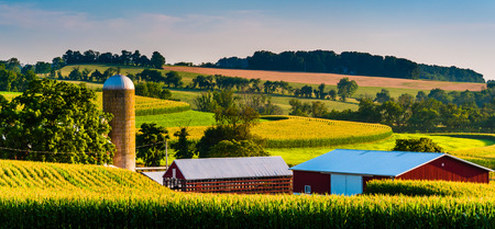 Barn and silo on a farm in rural York County, Pennsylvania. Banque d'images