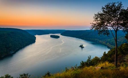 Uitzicht op de rivier Susquehanna bij zonsondergang, van de Pinnacle in Zuid Lancaster County, Pennsylvania.