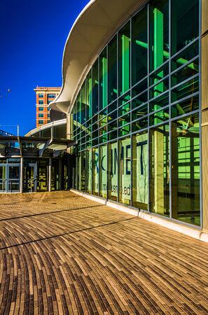 Architecturale samenvatting die in de Binnenhaven van Baltimore, Maryland wordt genomen.