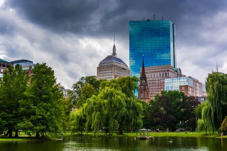 パブリック ガーデン、ボストン、マサチューセッツ州の建物の池。