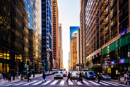 paso de peatones: Intersección y rascacielos ocupado en Center City, Filadelfia, Pensilvania. Editorial