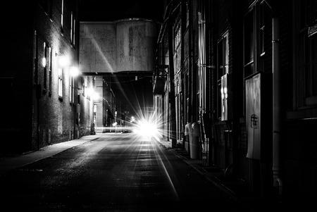 Donker steegje op nacht in Hanover, Pennsylvania.