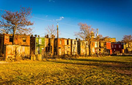 rij huizen: Verlaten rijtjeshuizen in Baltimore, Maryland. Stockfoto