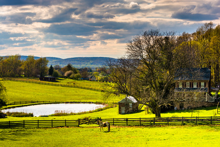 Pond and house on a farm in rural York County, Pennsylvania. Imagens