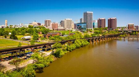 The skyline and James River in Richmond, Virginia. Redakční