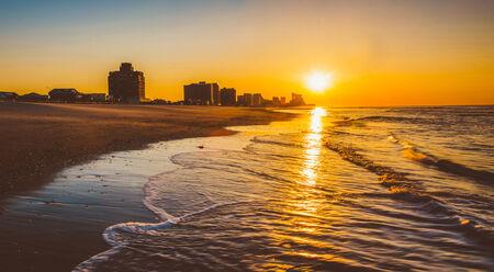 Sunrise over the Atlantic Ocean at Ventnor Beach, New Jersey. 免版税图像