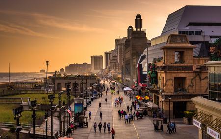 cielo atardecer: Vista del paseo mar�timo en la puesta del sol, en Atlantic City, Nueva Jersey. Editorial