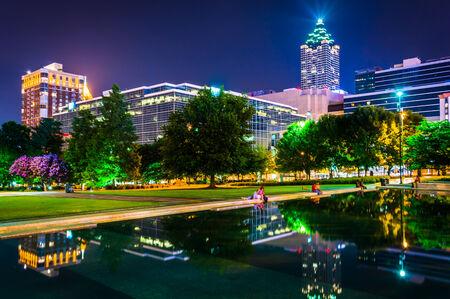 piscina olimpica: Como reflejo de la piscina y los edificios por la noche, en el Centennial Olympic Park por la noche en Atlanta, Georgia.