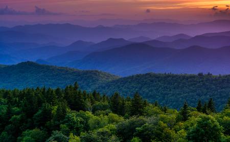 ノースカロライナ州ブルーリッジパークウェイ上の Cowee 山見落としからの夕日です。 写真素材 - 30061991