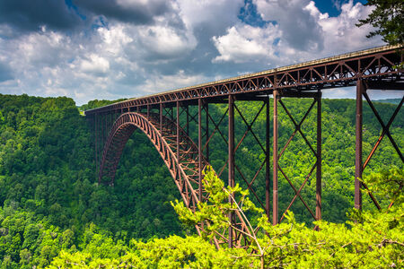 The New River Gorge Bridge, seen from the Canyon Rim Visitor Center Overlook, West Virginia. 스톡 콘텐츠