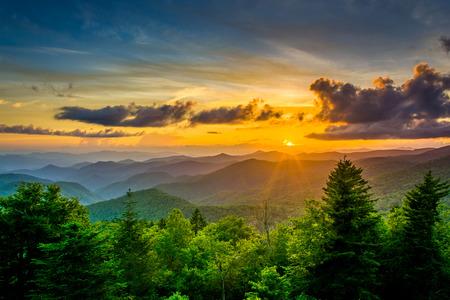 ノースカロライナ州ブルーリッジパークウェイにキャニー フォーク見落とすからアパラチア山脈に沈む夕日。 写真素材