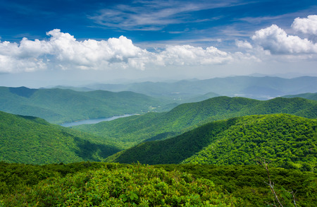Uitzicht op Burnett Reservoir uit Steile Pinnacle, in de buurt van de Blue Ridge Parkway, North Carolina.