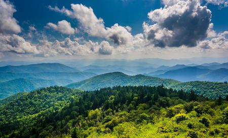 Uitzicht op de Blue Ridge Mountains gezien vanuit Cowee Bergen Overlook op de Blue Ridge Parkway in North Carolina. Stockfoto