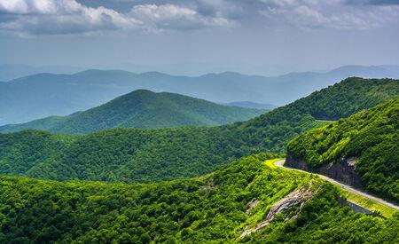 Blick auf die Blue Ridge Parkway und den Appalachen von Craggy Pinnacle, North Carolina.