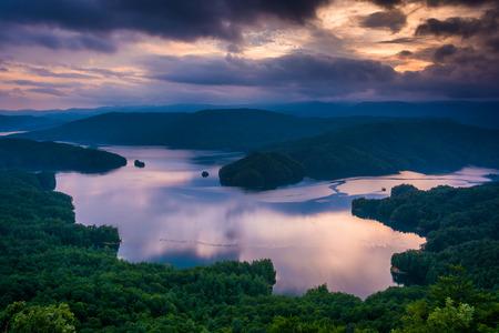 ジャンプ オフ岩、ノースカロライナからの夕日眺める湖ジョカシー 写真素材