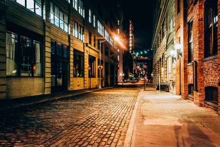 nacht: Eine Gasse in der Nacht, in Brooklyn, New York.