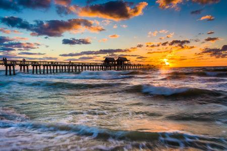 나폴리, 플로리다에서 낚시 부두와 멕시코 일몰. 스톡 콘텐츠