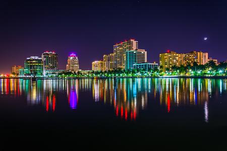 palmier: La ligne d'horizon de nuit � West Palm Beach, en Floride.