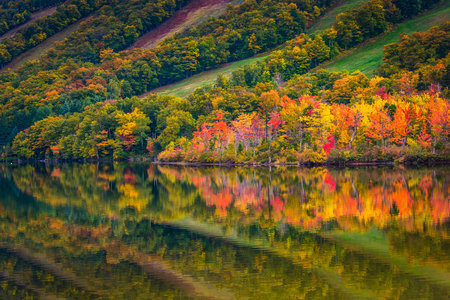 notch: Fall colors reflecting in Echo Lake, in Franconia Notch State Park, New Hampshire.