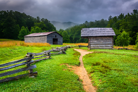 great smoky mountains national park: Barn and log cabin at Cades Cove, Great Smoky Mountains National Park, Tennessee.
