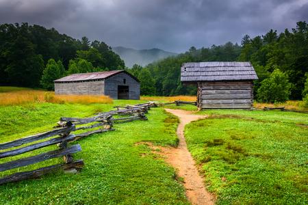 Scheune und Blockhaus in Cades Bucht, Great Smoky Mountains National Park, Tennessee.