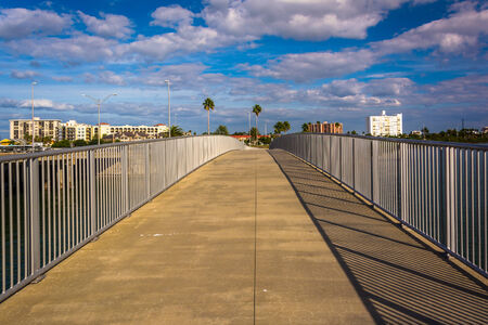 pedestrian bridge: Puente peatonal sobre el Intracoastal Waterway en Clearwater Beach, Florida. Foto de archivo