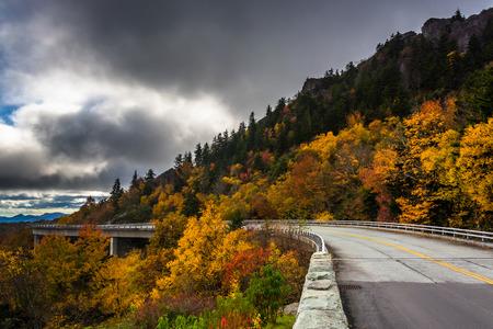 Herfstkleur en Linn Cove Viaduct, op de Blue Ridge Parkway, North Carolina.