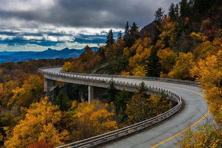Autumn view of Linn Cove Viaduct, on the Blue Ridge Parkway, North Carolina. 版權商用圖片
