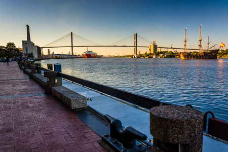 Talmadge Memorial Bridge over the Savannah River in Savannah, Georgia. 新闻类图片